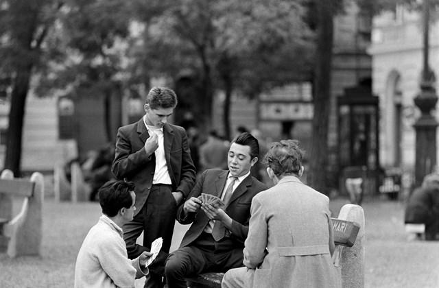 e! 1966. Magyarország, Budapest VII. Klauzál tér, jobbra a Klauzál utca sarok. Minden múlt a múltam kiállítás MNG