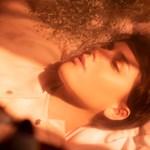 Ismerős idegenek – megjelent Mayer Fanni új szövegvideója (premier)
