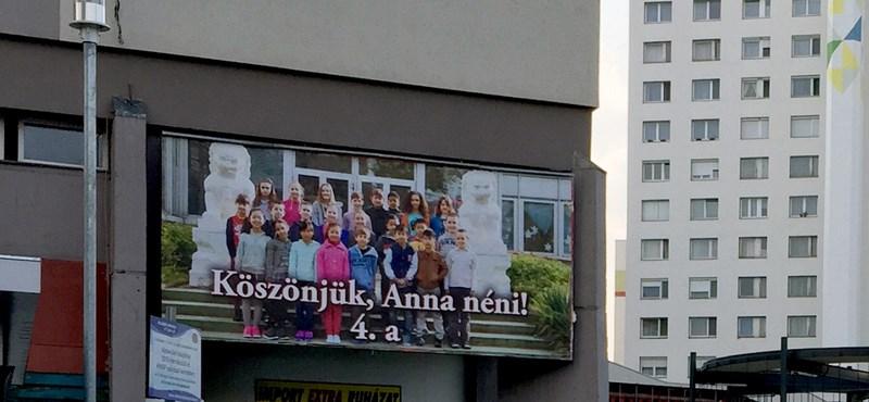 """Fotó: """"Köszönjük, Anna néni!"""" -  Mi van a különös óriásplakát mögött?"""