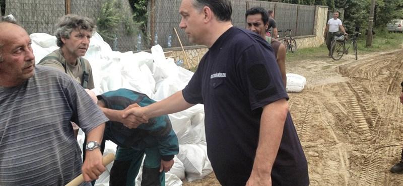Fotók: Orbán most Pilismaróton fogott kezet az önkéntesekkel