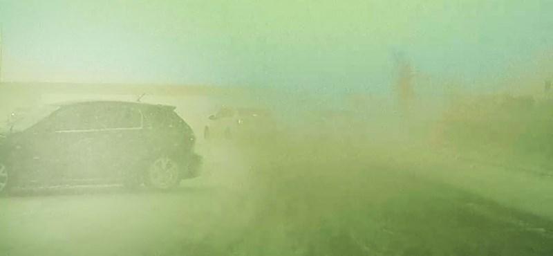 Hatalmasat mentett a Tesla Autopilot egy jeges autópályán – videó