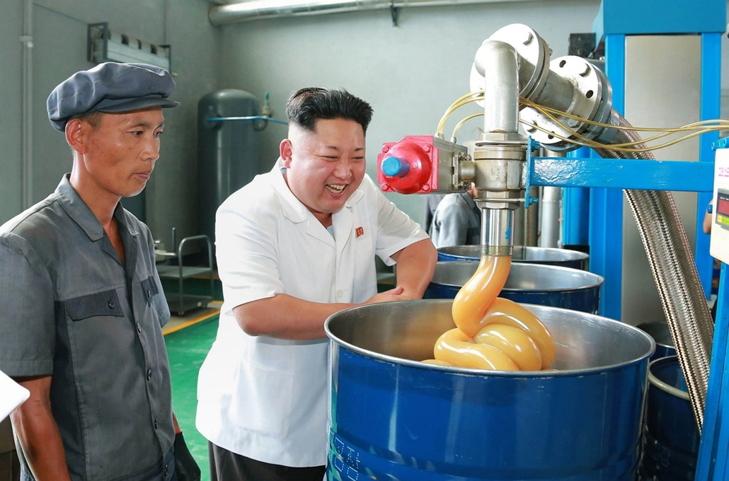 afp. Kim Dzsong Un, Észak-Korea 2014.08.05. This undated picture released from North Korea's official Korean Central News Agency (KCNA) on August 5, 2014 shows North Korean leader Kim Jong-Un (C) inspecting the Chonji Lubricant Factory at an unconfirmed l