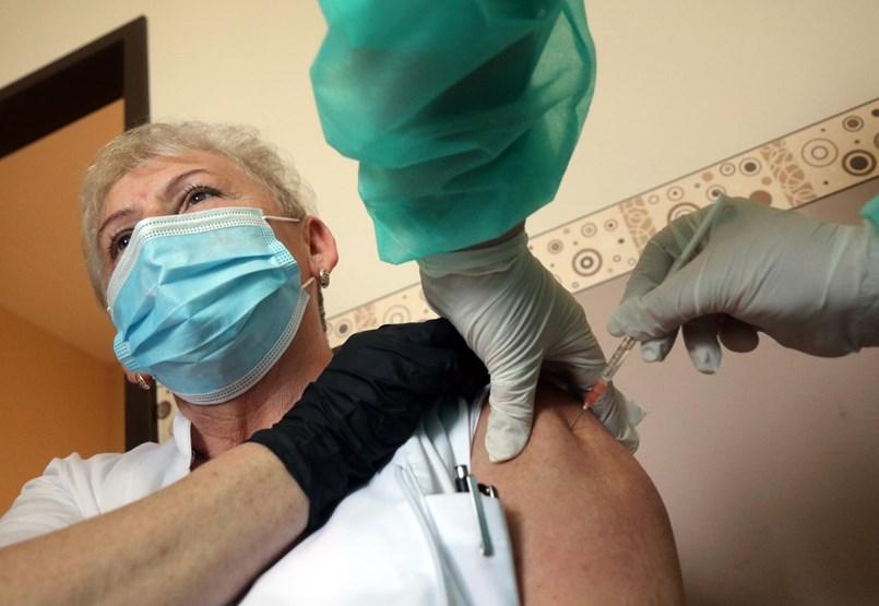 Az ország szép lassan elmerül a vakcinairigységben – és ezzel nincs is semmi baj