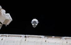 Itt élőben láthatja, ahogy a SpaceX Crew Dragon dokkol a Nemzetközi Űrállomáshoz