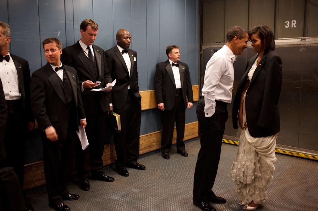 lehetőleg ne - flickrCC_! - 09.01.20. - Washington, USA: Feleségével, Michelle Obamával egy teherliftben a beiktatási bálon 2009. január 20-án. - Barack Obama nagyítás