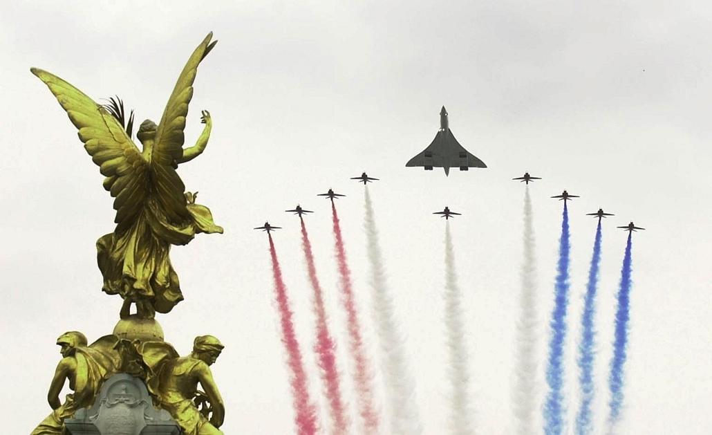 afp.02.06.04. - London, Egyesült Királyság: Concorde a Red Arrows gépeinek kíséretében a a Queen Victoria emlékműnél a Buckingham-palota bejárata felett. - Concorde, repülőgép, nagyítás