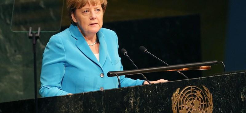 Merkelt hiába támadják, kitart a menekültek mellett