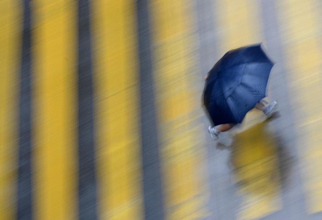 afp. nagyításhoz - esernyő - eső, időjárás, zivatar, vihar - Hongkong, Kína, 2014.08.13.