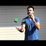A zseniális Rubik-kockázó zsonglőrködve rakja ki - videó