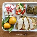 Meglepő fotók: ilyen ételeket kapnak a diákok az iskolai menzán