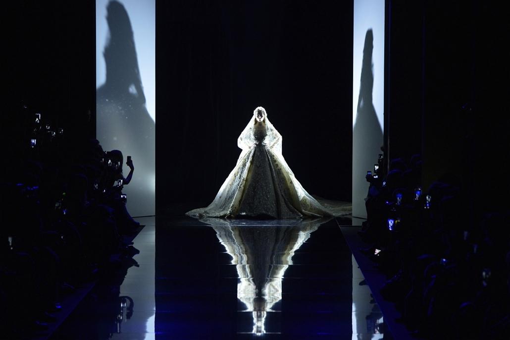 afp.15.01.29. - Párizs, Franciaország: kifutón Zuhair Murad egyik alkotása - 7képei, divat