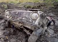 Így indul be egy földből kiásott régi Lada, Toyota és Audi - videó