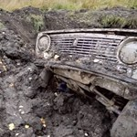 Így indul be egy földből kiásott régi Lada, Toyota és Audi – videó