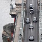 Rendszám nélküli Mercedesszel hajtott végig Erdogan a városon – fotó
