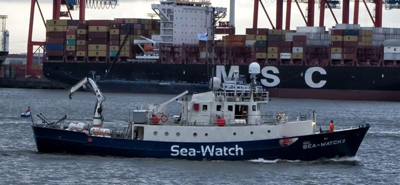 Újabb menekültekkel teli hajóval akadt gondja Olaszországnak