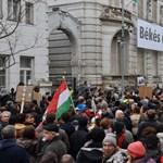 Fotók: megkezdődött a tüntetés a Fidesz Lendvay utcai székháza előtt