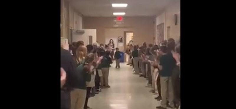 Megható fogadtatással várták vissza a kemoterápia után a kisfiút iskolatársai (videó)