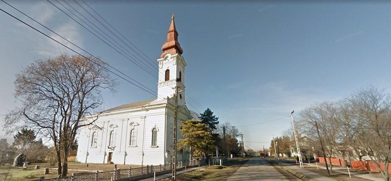 Kizuhant a templomtoronyból az órát igazító magyarbánhegyesi pap