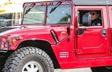 Múltkor egy katonai csapatszállítóval, most egy elektromos Hummerrel ment vásárolni Schwarzenegger