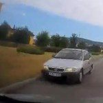 Jól benézte ezt az utcát egy autós, jött szembe a többiekkel – videó
