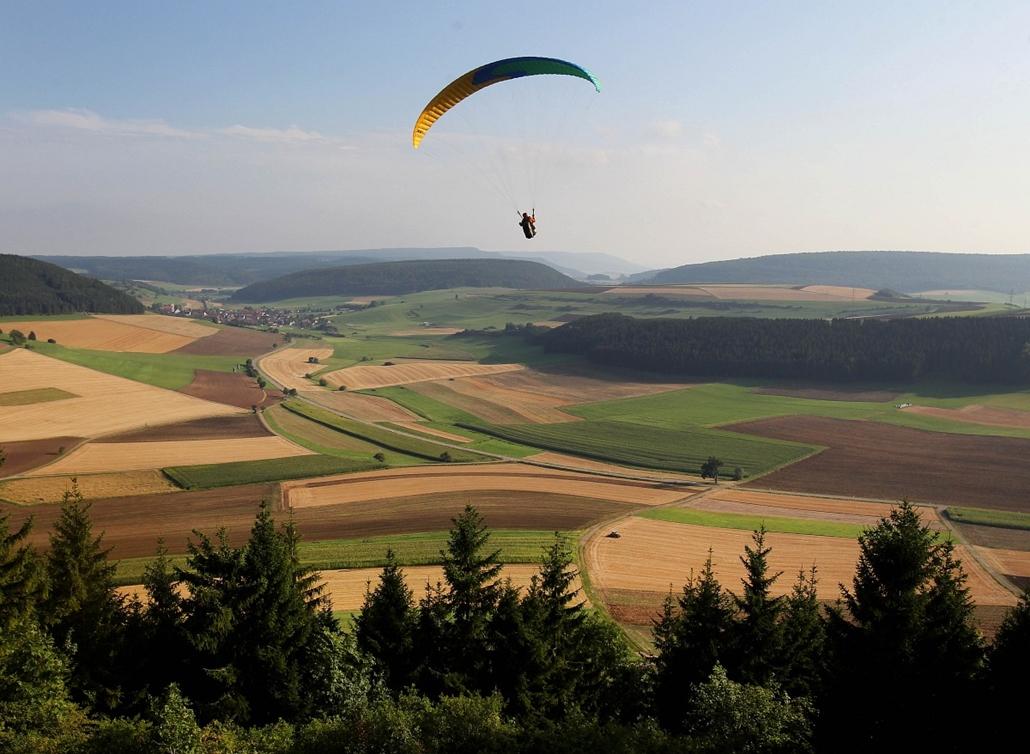 Hét képei nagyítás - Siklóernyős a Fekete-erdő fölött Dél-Németországban