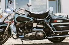Eladó Elvis egyik hófehér limuzinja és egy Harley-Davidsonja