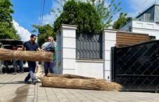 Fertő tavi cölöpházak darabjait vitték Mészáros Lőrinc villája elé