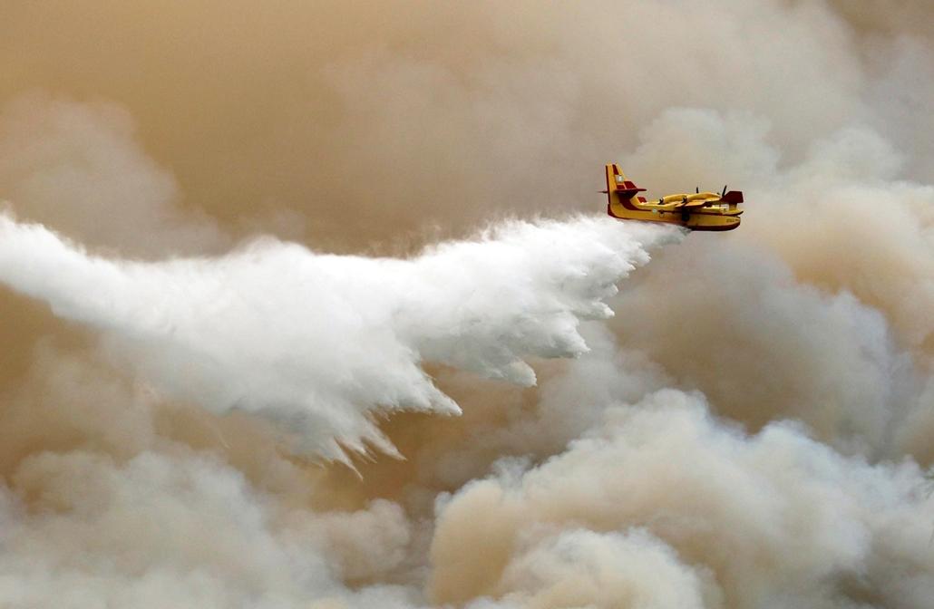 mti.16.09.12. Thászosz-sziget, 2016. szeptember 12. Repülőgépről ledobott tűzgátló anyaggal próbálják megfékezni az észak-görögországi Thászosz szigetén harmadik napja pusztító erdőtűz egyik fészkét 2016. szeptember 12-én.