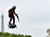 Ez itt már a jövő? Légdeszkán repkedő fegyveres tartott bemutatót a párizsi katonai parádén