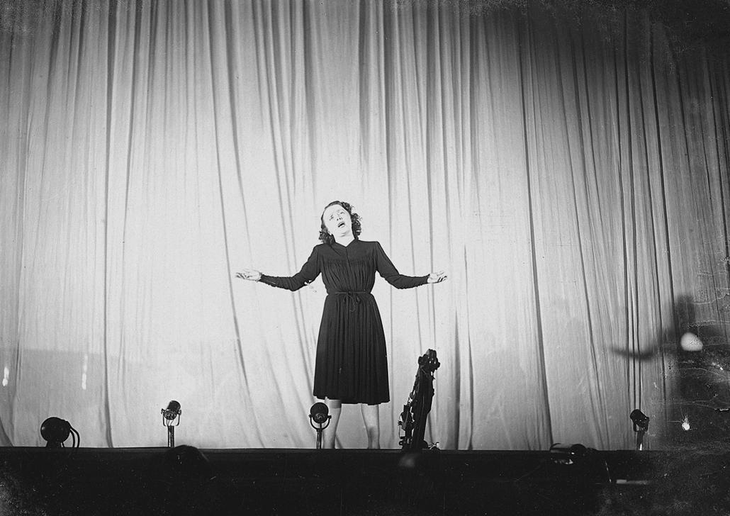 1944. - Salle Pleyel, Párizs, Franciaország: fellépés korzikai rabok előtt - Edith Piaf