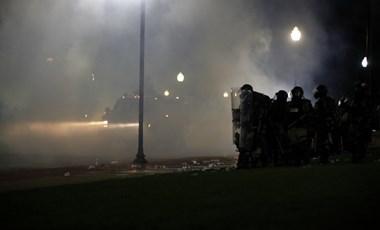 Tüntetés és gyújtogatás Wisconsinban, rendkívüli állapotot hirdettek