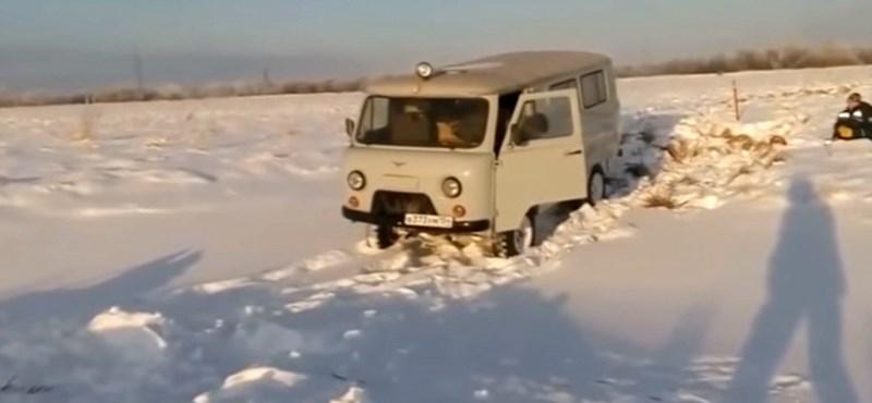Viral videós csúcsjelenet, amikor ez az orosz autós becsapja a kocsiajtót