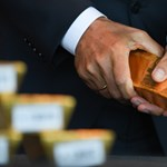 Három kiló aranyat vitt a korrupcióval vádolt román exminiszter óvadéknak