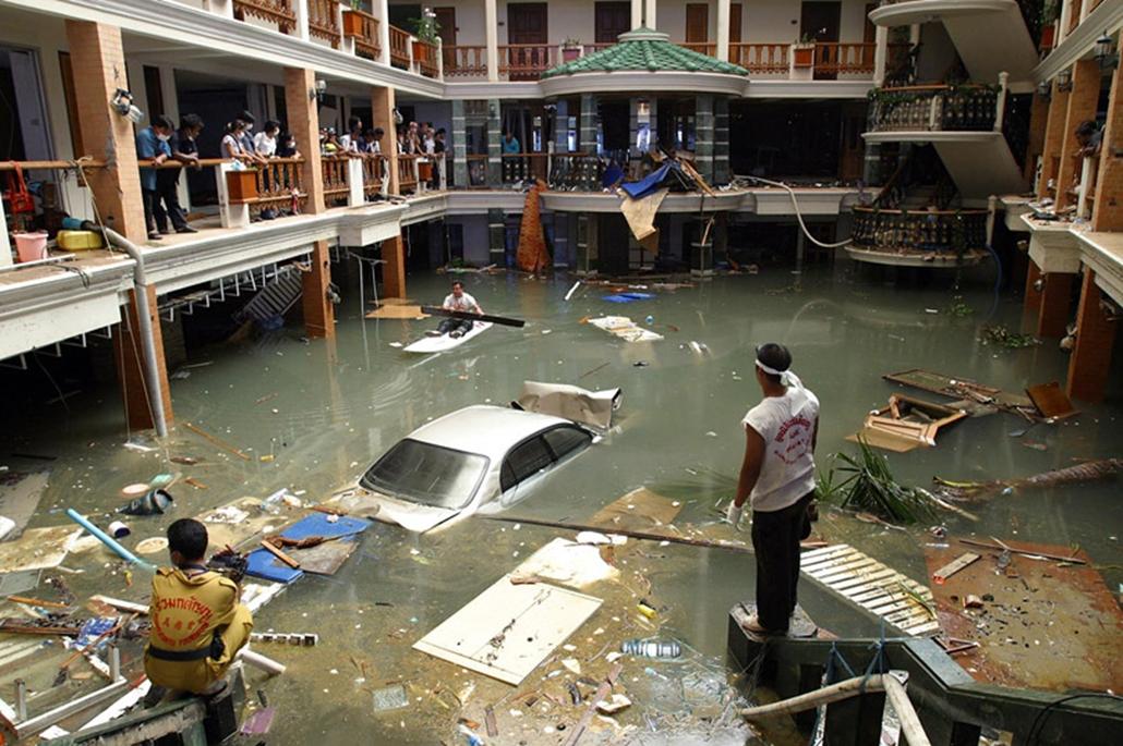 Mentőcsapatok kutatnak túlélők után a thaiföldi Phuket szigete, miután cunami sújtotta a térséget 2004. december 28-án. A hirtelen jött szökőárban hatósági jelentések szerint 216.858 ember vesztette életét.