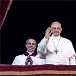 Vizsgálja a GVH, tényleg megáldotta-e a pápa az Ékszer Tv-ben hirdetett nyakláncot