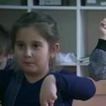 Nagyon kedves dolgot tettek ezek a gyerekek hallássérült osztálytársukért
