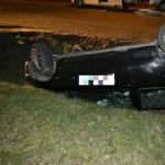 Bedrogozva loptak autót a váci fiatalok, aztán árokba borultak