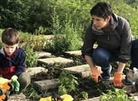 A kertben, kisfiával tartott kampányszünetet Dobrev Klára