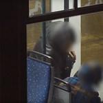 Ennyi kifosztani egy alvó embert a villamoson – videó