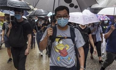Büszkén viselik a maszkot a hongkongi tüntetők, pedig börtön járhat érte