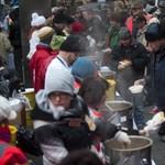 Fotók: 2000 adag meleg ételt osztottak ki a Nyugati téren