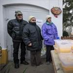 Fotó: Kósa Lajos osztotta az ételt a halápi szegényeknek