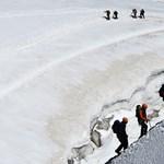 Hajmeresztő videó: 800 méteres sziklát másznak meg az iskolások minden reggel