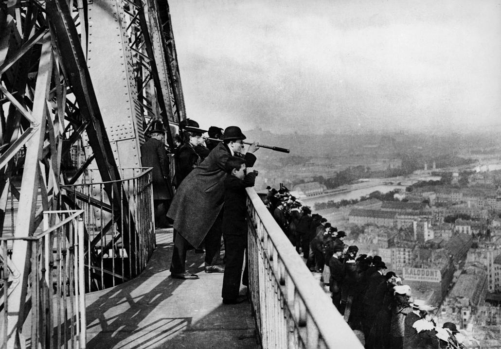 afp. Eiffel-torony 125 éves Nagyítás - 1889.01.01. PARIS PARIS ILE-DE-FRANCE FRANCE : Paris. The Eiffel tower. Outside gallery of the second floor, around 1889-1890.