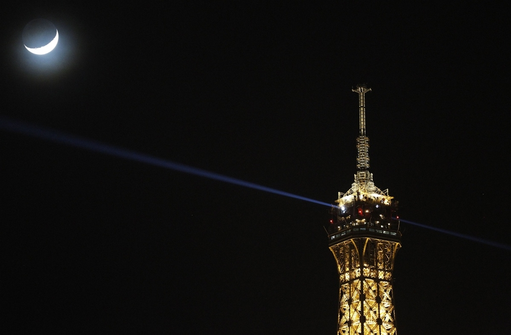afp. hét képei - 2014.02.03. A view of a waxing crescent moon alongside the Eiffel Tower in Paris,