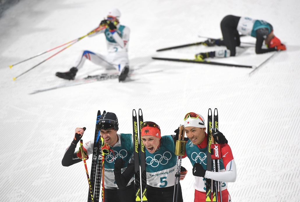 epa.18.02.14. - Téli Olimpia 2018 napibest - A bronzérmes osztrák Lukas Klapferz, az aranyérmes német Eric Frenzel és az ezüstérmes japán Vatabe Akito (b-j) a férfiak északi összetett száma 10 kilométeres sífutása végén a phjongcshangi téli olimpián az Al