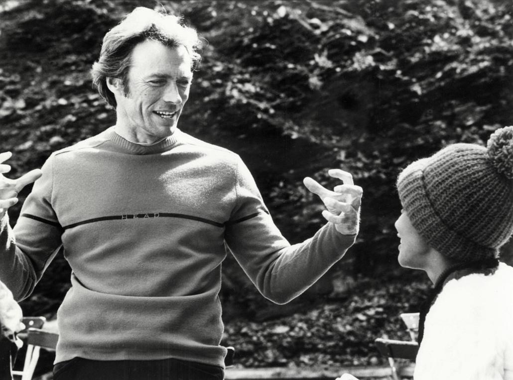 afp.1974.09.11. - Clint Eastwood Vonetta McGee oldalán a Bosszú az Eiger csúcsán forgatásán Németországban 1974 szeptemberében.