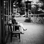 Budapest utcafotó: az elrévedő várakozó