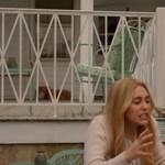 Miley Cyrus hippi bajkeverő lesz Woody Allen Amazon-sorozatában – előzetes