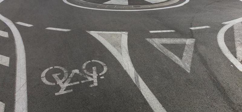 A nap fotója: Körforgalmat építettek a bicikliútra